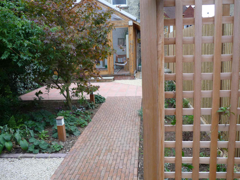 Cedar trellis and clay brick pavers - Cambridge